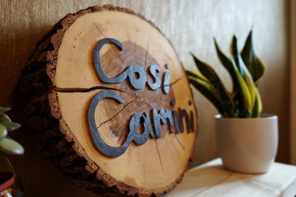 Holzscheibe mit Logo Cosi Camini verziert